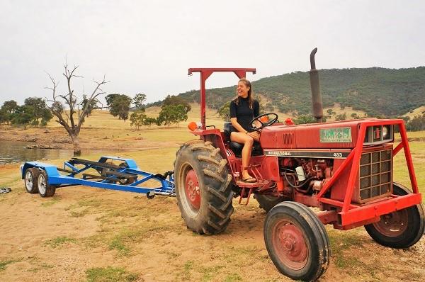 conduciendo tractor australia